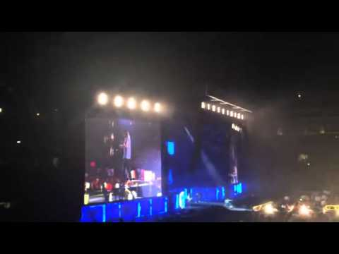 LEAVE HIM ALONE ! HE WANTS TO WATCH THE SHOW! (Seattle, 15.07.15)