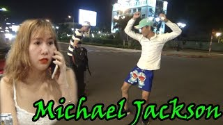 Cô gái xinh đẹp đổ gục trước điệu nhảy Michael Jackson của Thánh Lạc Trôi