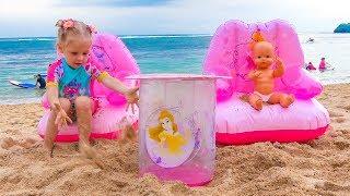 Nastya يلعب مضحك مع الدمى والرمل على البحر