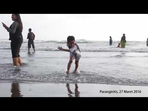 Bermain ombak di Pantai Parangtritis