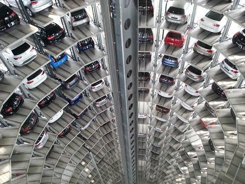 Deutschland Wolfsburg Autostadt ein Fahrt in den 48 Meter hohen Auto Türmen VW Volkswagen Turm