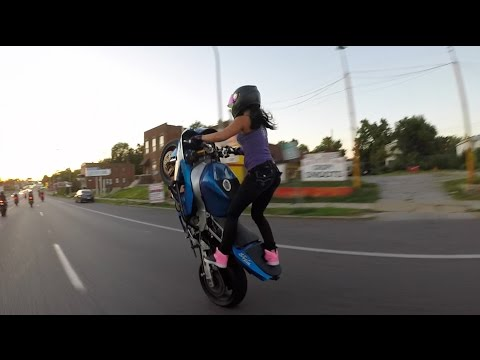 Crazy girl does motorcycle stunts on St. Louis streets 2015