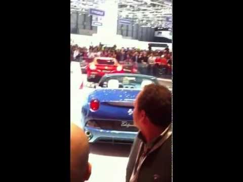 Hotesse casse le moteur d'une ferrari au salon de l'automobile de genève 2012