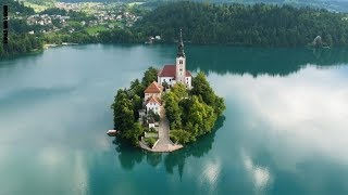 أجمل منظر قد تراه.. جزيرة سلوفينية وسط بحيرة زمردية