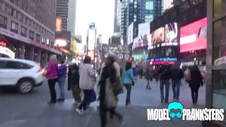 Девушка гуляет в нарисованных джинсах по Нью Йорку