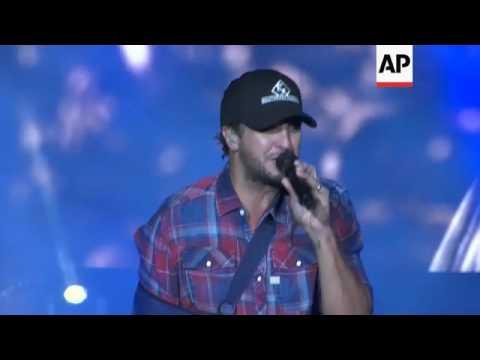 Country star Luke Bryan performs with broken collarbone