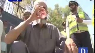 Peshawar Traffic Police Prviding Juice To Citizens in Hot Weather