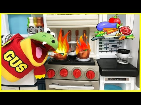 Pretend Play Cooking and Food Toys with Gus the Gummy Gator