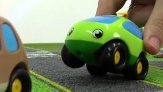 Green das Spielzeugauto baut seine eigene Sitzbank   Unterhaltungsvideo für Kinder