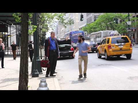 Se você está chamando um táxi em Nova York, estar preparado para um high five desse cara