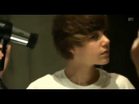 Justin Bieber styling his hair - He SHAKES it