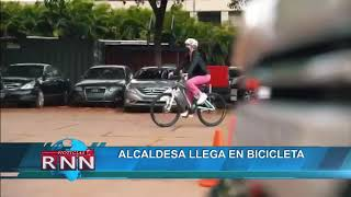 Alcaldesa llega en bicicleta