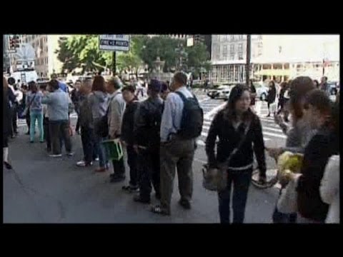 The Line for a New iPhone in NYC, in 80 Seconds