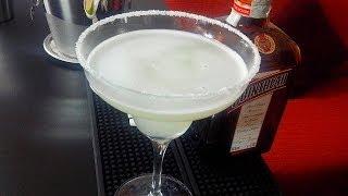 """Video ricetta del cocktail Margarita. Il Margarita è il più comune cocktail messicano a base di tequila. In latino """"margarita"""" significava perla, in spagnolo è la traduzione della parola margherita. Il drink è normalmente servito shakerato con ghiaccio, o servito """"on the rocks"""", o preparato nel blender con ghiaccio tritato(il """"frozen margarita""""). Nella ricetta classica è servito nella tipica coppetta detta Sombrero. Il cocktail viene frequentemente servito con sale sul bordo del bicchiere (""""Crusta""""). Per eventuali approfondimenti http://www.cucinaconoi.it/il-bar/cocktail-internazionali/cocktail-margarita"""