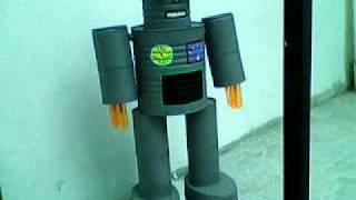 Super Robot hecho con latas