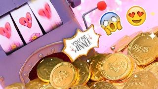 Like si ya participaste en el SORTEO de Febrero [min 11:07]   Hoy haremos una máquina tragamonedas casera para regalos y dulces, como esas de Las Vegas. Es el regalo perfecto para San Valentín o 14 de Febrero y además de todo es una manualidad fácil y divertida. Regalame un like si te gustó y comenta a quién se la regalarías ;)   Te dejo los letreritos y dibujos que usé aquí: http://bit.ly/2lwG8Vc El papel deco de corazones acá: http://bit.ly/2lwG8Vc  PARTICIPA EN EL SORTEO 1. Suscribete a éste canal: https://www.youtube.com/user/craftingeek 2. Suscribete a este otro canal: https://www.youtube.com/user/YoSoyLizRangel 3. Activa la campanita 4. Gana  El sorteo es internacional del 9 de Febrero al 2 de Marzo.   · SUSCRIBETE GRATIS: http://bit.ly/PonteCrafty · DESCARGABLES:  http://craftingeek.me   ♥ ✄ ✏ TIENDA http://www.holadiy.com   ♢ SNAPCHAT craftingeekliz ♡ FACEBOOK http://www.facebook.com/craftingeek ♢ TWITTER http://www.twitter.com/craftingeek ♡ INSTAGRAM http://instagram.com/craftingeek ♢ PINTEREST http://bit.ly/CGurlP