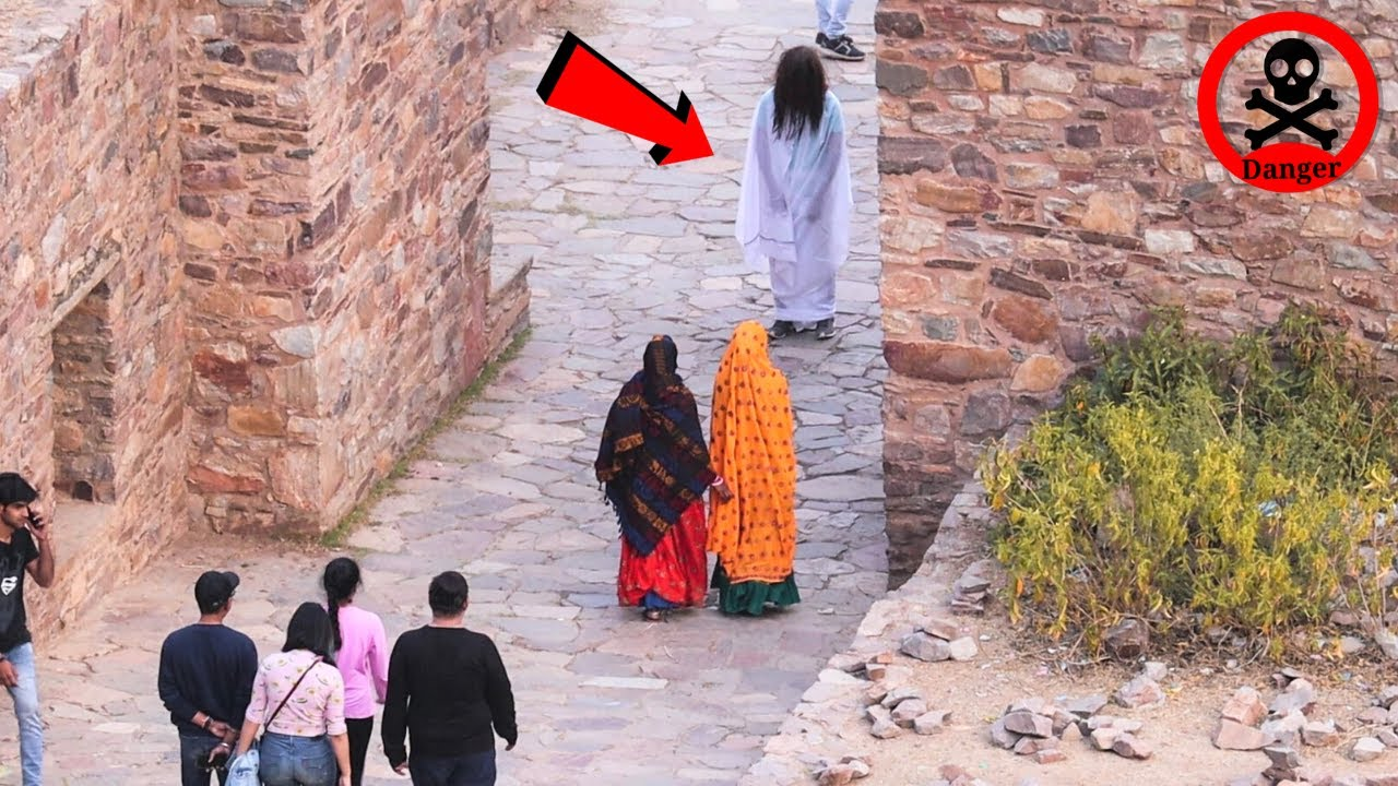 Ghost Prank In Bhangarh Fort | पूरा किला ही खाली हो गया🤣 | Most Haunted Place In World