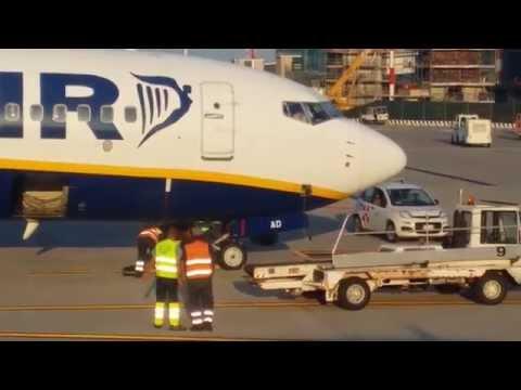 Luggage destruction in Bergamo airport IN RYANAIR SHARE ! SHARE !