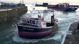 GRANVILLE - Un cargo quitte le port -  Un chalutier passe - Une goélette approche - HD.