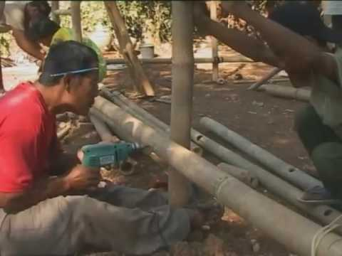 Indonesia: building bamboo shelters