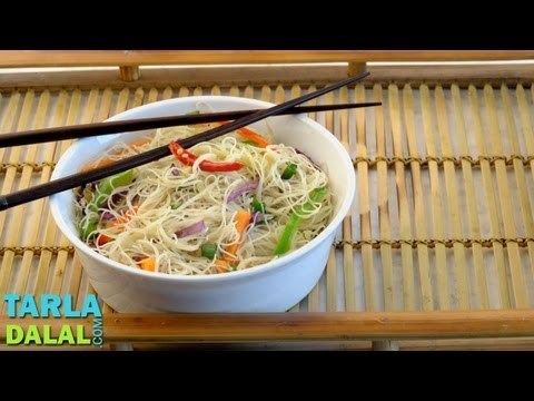 सिंगापुर राइस नूडल्स (Singapore Rice Noodles / How to make Singapore Rice Noodles) by Tarla Dalal
