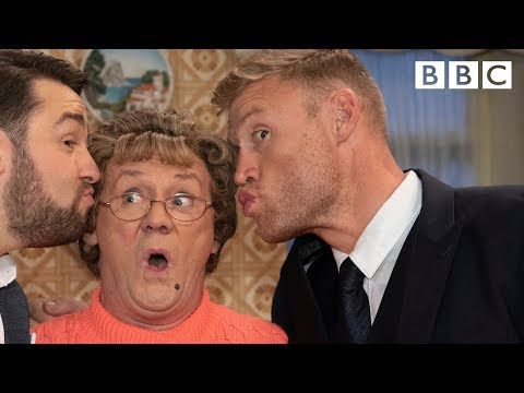 Mammy gives Freddy Flintoff cricket tips - BBC