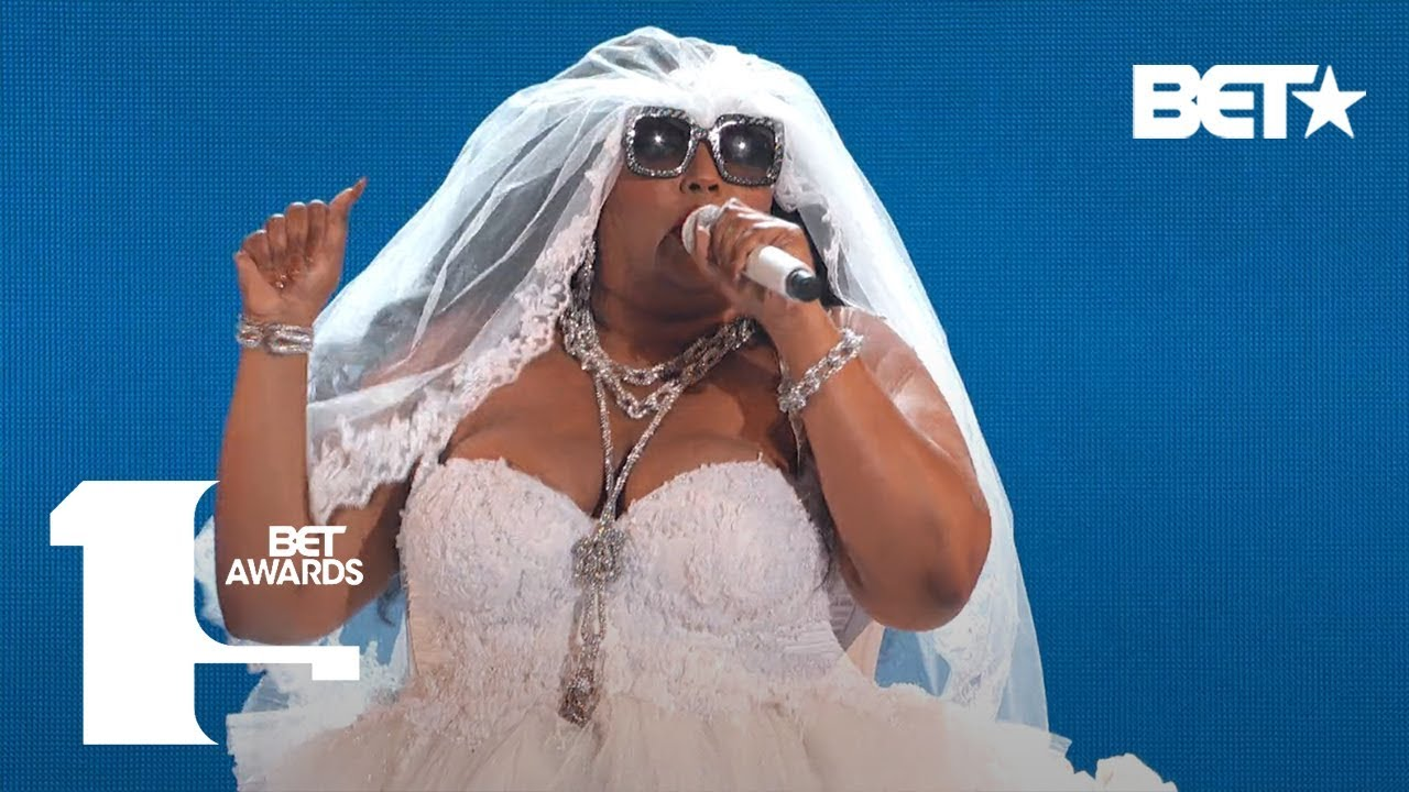 "Lizzo Proves She's 100% That B***h In ""Truth Hurts"" Performance! 