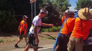 Peter Sagan lends a hand | Santos Tour Down Under