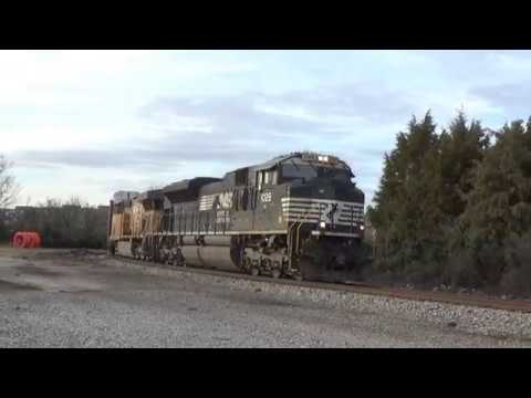 NS 28T arrives and stops at Devine Junction in Columbia, SC