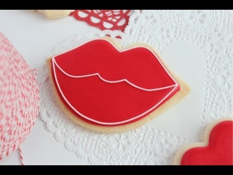 How to Outline and Fill in Cookies with Royal Icing