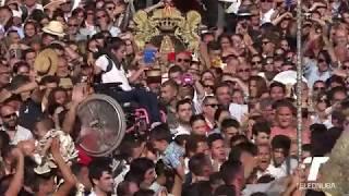 Niña en silla de ruedas es acercada a la Virgen del Rocío