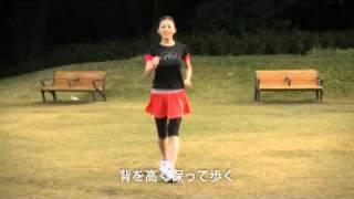 良い姿勢で歩く 良い姿勢で立つことができるようになったら、その姿勢を保ったまま歩くように意識しましょう。脚を出す前に、腰を前に出すように意識します。