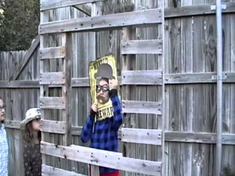 Cheap DIY Photo Booth with a couple old Pallets