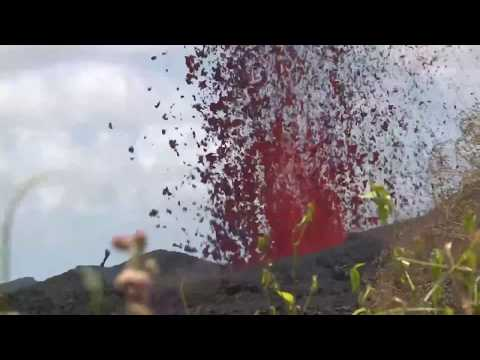 Hawaii Kilauea volcano eruption, lava spewing from fissure #17 (5/18/2018)