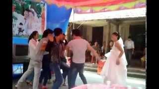 Video Cô dâu nhảy tưng bừng trong đám cưới