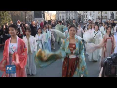 Flash mob in historical Chinese costume surprises Londoners