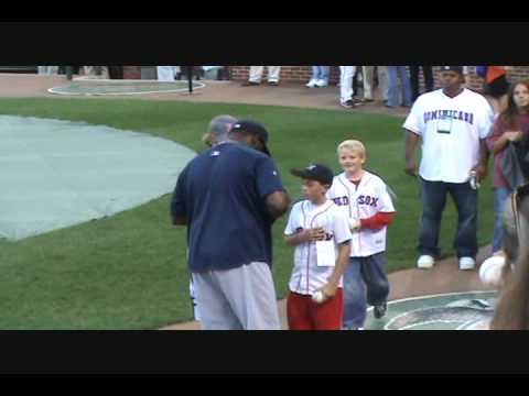 Red Sox vs Orioles 9/19/09 : David Ortiz Signing Autographs
