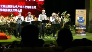 De Koninklijke Harmoniekapel Delft, o.l.v. Steven Walker speelt Dixieland Jam (Bob Lowden) in ChengDe, China. 3 mei 2012  Solisten: Tommy Hopstaken (trompet), Yvette Ellenkamp (klarinet), Jos Wolse (tenorsaxofoon), Carel Piguillet (trombone) en Brenda Hooiveld (bastuba)