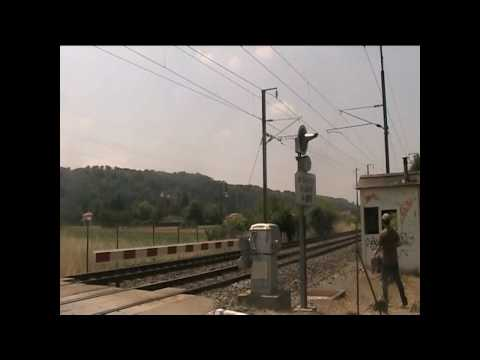 Trains Lyon-Grenoble au passage à niveau a l'Isle d'Abeau