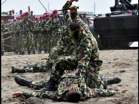 BERTARUNG DI PANTAI, Marinir buktikan kehebatan beladiri militernya.