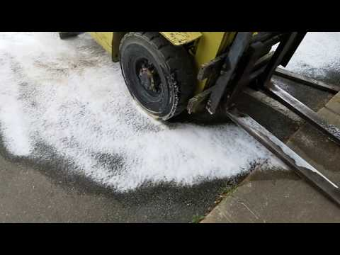 Hydraulic fluid cleanup with foam cannon
