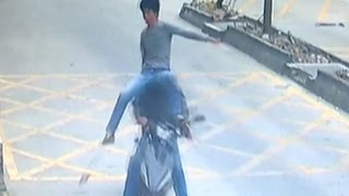 Trucker Kicks Thief Off Motorbike to Retrieve Stolen Phone