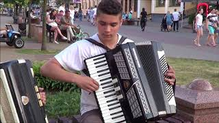 Классные братья!  Старший играет - НА СОПКАХ МАНЬЧЖУРИИ! Brest! Street! Music!