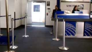 Crazy guy tries to scan his own ticket (& RUDE gate agent) at Houston IAH - United Airlines