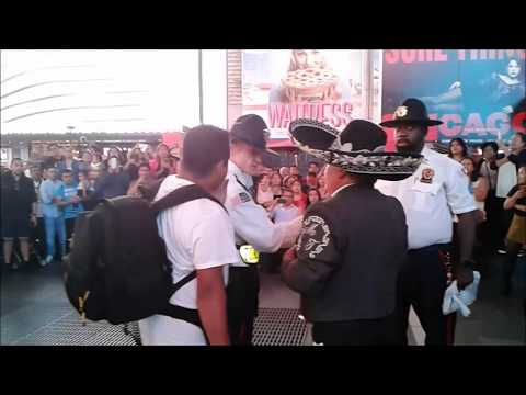 LA POLICIA INTERRUMPE ENCUENTRO DE MARIACHIS EN TIMES SQUARE NEW YORK /13/9/2017/ '' VIVA MEXICO ''