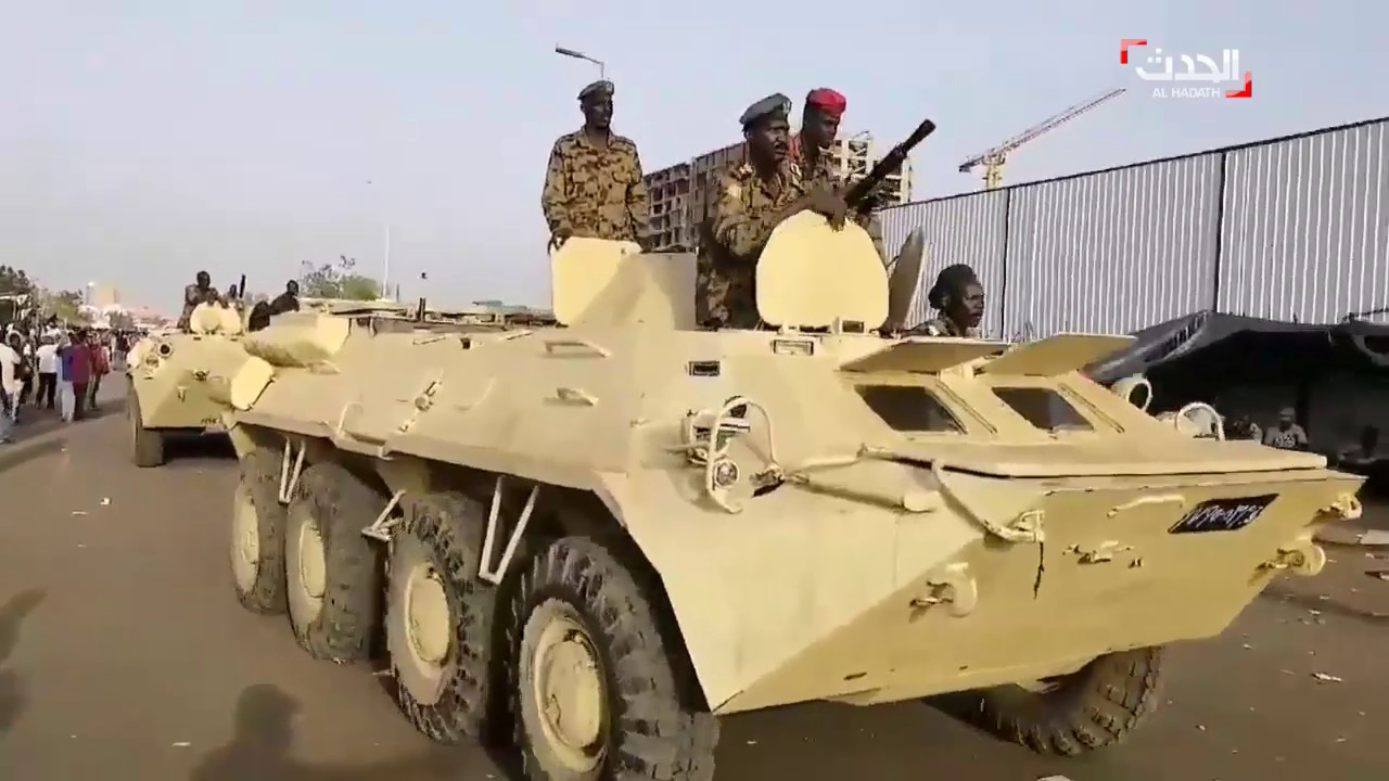 آليات عسكرية تجوب شوارع الخرطوم