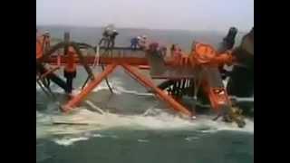 لحظه غرق شدن جکت 40 میلیون دلاری فاز 13 پارس جنوبی در آبهای خلیجفارس و گرفتارشدن مهندسان
