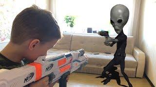 Download Nerf Game Alien vs Bogdan НЕРФ игра Папу Снова похитили ПРИШЕЛЬЦЫ Video