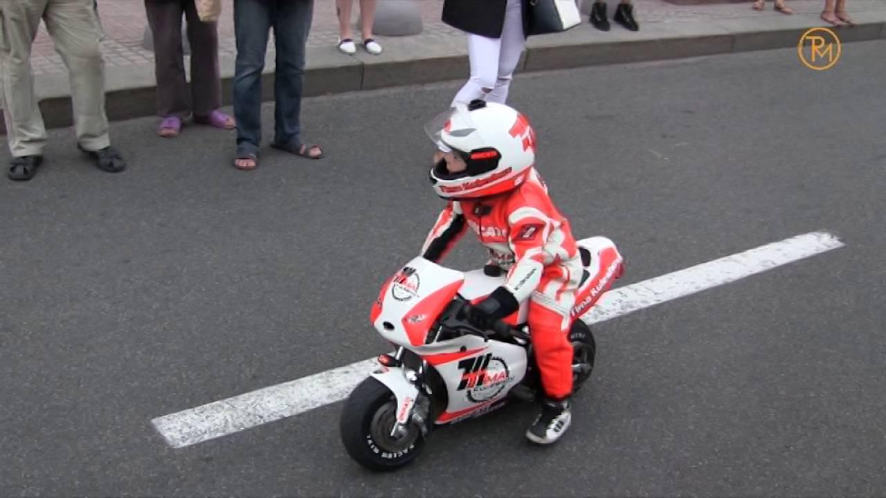 3-річний мотоцикліст Тіма Кулєшов ганяє на мотоциклі по дорозі