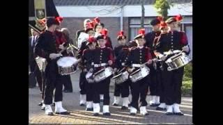 De harmonie St Michael, Thorn, trekt uit op zondagmorgen, na de eucharistieviering, in vol ornaat en straf in de maat marcherend, zoals het een wereldkampioen betaamt. Via de Kloosterberg marcheren ze naar het bejaardenhuis Sterrebosch, waar ze naar de traditie, een serenade gaan brengen, en enkele marsen ten gehore gaan brengen. Opnames (uit 1995) en montage: Kees van Dongen, Opapake